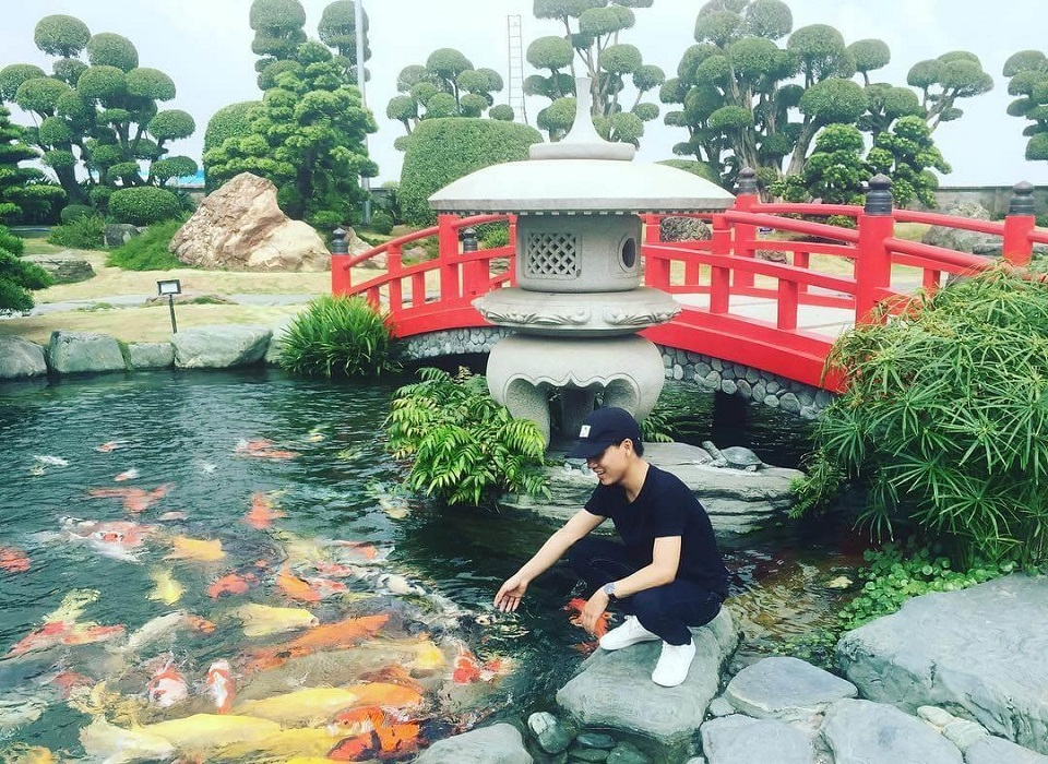 chụp ảnh tại công viên cá koi hóc môn
