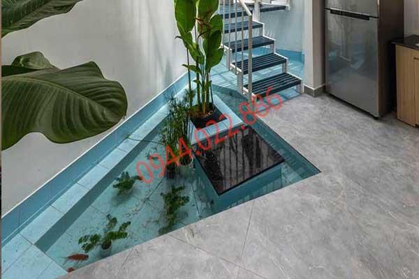 Hồ cá koi chân cầu thang mang phong thủy đến ngôi nhà